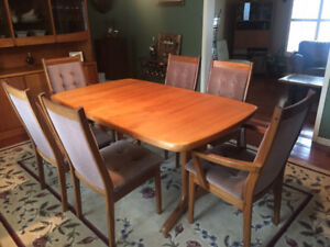 Solid Teak Dining Table Made in Denmark in EXCELLANT condition