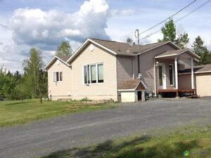 Jolie maison, garage double 26' x 32', grand terrain, paisible