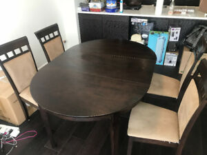 Selling the solid wood dinning table with four chairs
