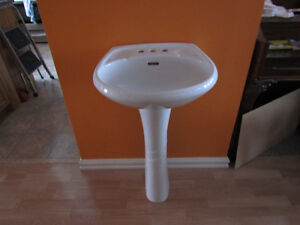 Pedestal sink (complete column and sink)white,in great condition