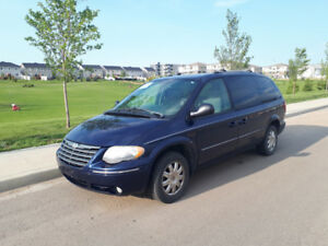 Chrysler Town and Country 2005 - $3,600