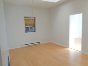 Bright 2 Bedroom Apartment Available Downtown!