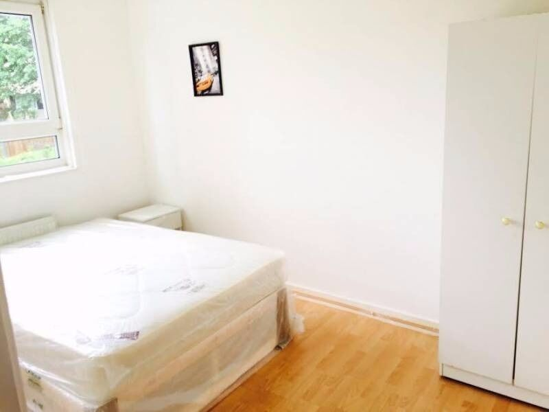 Spacious Pad In E14 - COUPLES WELCOME