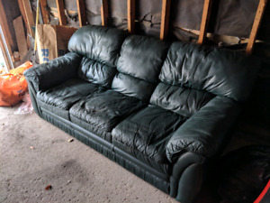 Green leather couch. No delivery pick up only thanks.