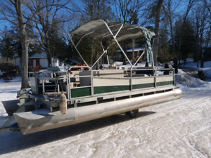 Pontoon boat 20 foot with 30 hp evinrude
