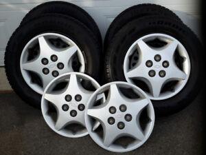 4 pneus d'hiver 195/65/15 sur jantes avec enjoliveurs de roue
