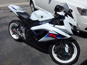 LIKE NEW 2010 SUZUKI GSXR 600cc WHITE/BLUE SHOWROOM COND LOW KM