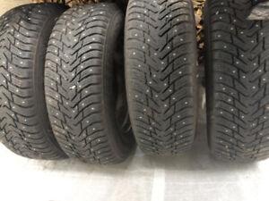 4 pneus d'hiver Nokian  245/70R17 sur jantes