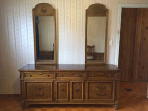 King size solid wood bedroom set (in very good condition)