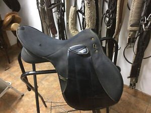 Selle dressage synthetique usée à vendre