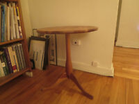 Pine wood end table / Table en pin massif