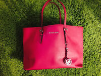 MICHAEL KORS Medium Jet Set Travel Multifunction Tote Fuchsia