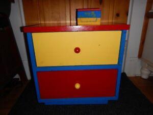 Table de chevet pour chambre enfant- bleu rouge et jaune