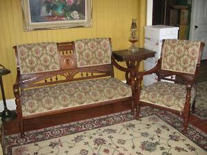 Causeuse et fauteuil antique de style Eastlake