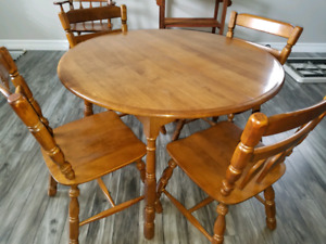 Hardwod kitchen table with 5 chairs and 2 leafs - like new