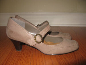 Easy Spirit ladies Mary Jane taupe shoes/pumps!