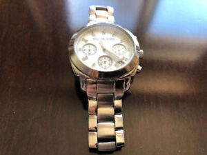 A SILVER MICHAEL KORS WATCH FOR WOMEN