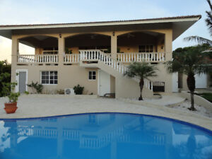 Family friendly Villa,walk to beach, restaurants and medical