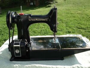 Singer 221 Featherweight Sewing Machine and Case