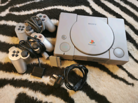 PS1 console with 2 pads