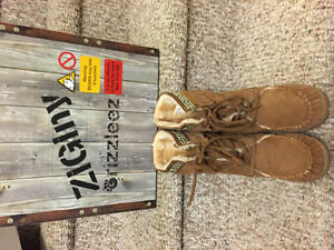 New! Ladies Grizzleez suede/leather boots size 6 or 8