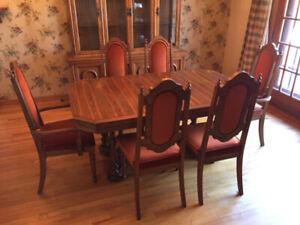 Table et chaises de salle à manger en bois