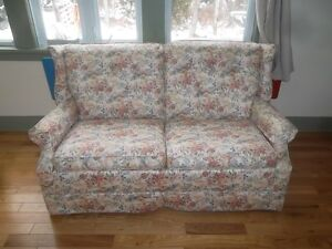 FLORAL-PATTERN LOVESEAT