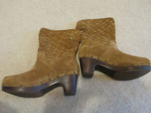 Authentic Uggs Lynnea Boots Suede Size 8 Never Worn - see pics!