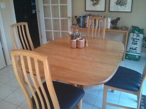 Dining room set in solid wood (oak)