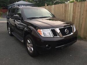 2011 Nissan Pathfinder  SUV 4X4 - fully loaded - mint condition
