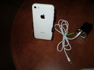 APPLE i PHONE 5c ( WHITE )  In Good Condition ( TBay Tel )