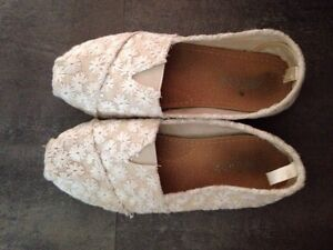 Size 6 - white flower shoes