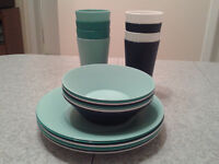 SET OF PLASTIC DISHES FOR PATIO