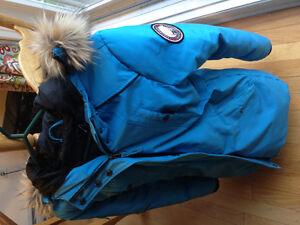 Manteau d'hiver bleu et chaud