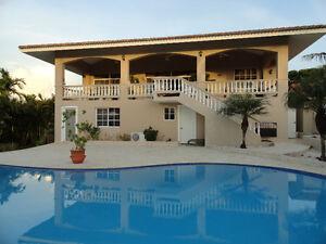 Large Bright Villa, Ocean View, walk to beach and restaurant