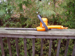 USED BLACK AND DECKER SHRUB AND HEDGE TRIMMER 16 INCHES WORKING