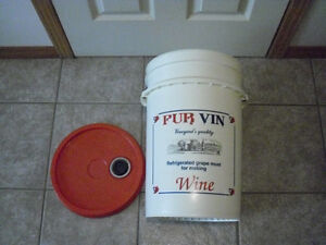Wine & beer Brewing Bucket MINT CONDITION with lid & lid spout