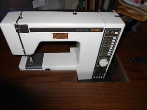 Machine à coudre électrique, de marque White, très propre!