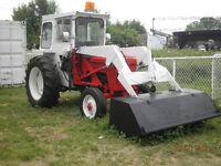 Tracteur International B414 avec pelle et cabine