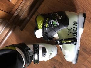 Mondo Children ski boots fits shoe size 3
