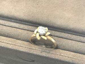 Lady's solitaire style ring (diamond centre)