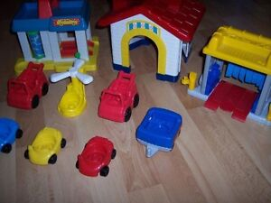 Lot de Little People: garage, lave-auto, maison + 7 véhicules