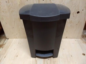 "Poubelle Plastic Pedal Trash Can - 17"" high"