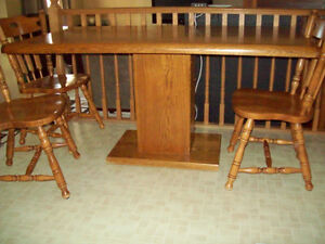 Pedestal oak dining table with 4 chairs. Stratford Kitchener Area image 1