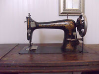 ANTIQUE SINGER SEWING MACHINE/FLIP TOP TABLE