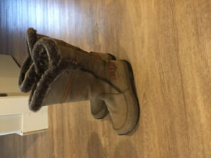 Women's blonde winter boots
