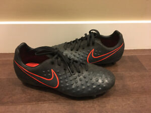YOUTH NIKE SOCCER CLEATS SIZE 4