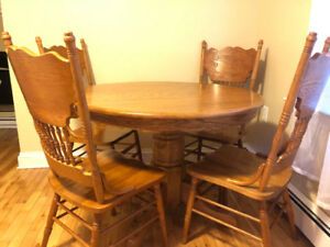 Solid oak kitchen table with leaf and 4 chairs