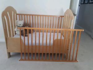 Crib with organic baby mattress