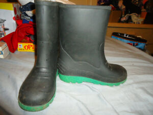 BOYS RAINBOOTS SIZE 3